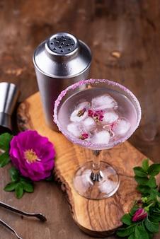 Cocktail rosa margarita com calda de rosa