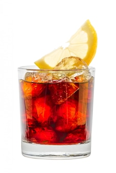 Cocktail rum e cola isolado no branco