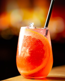 Cocktail tropical com sabor a toranja