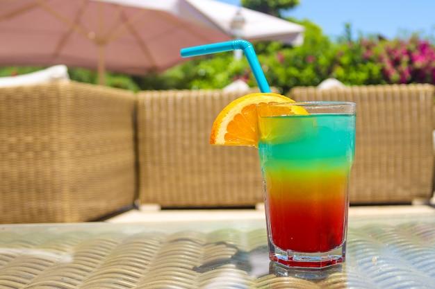 Cocktail tropical de gelo fresco e suculento.