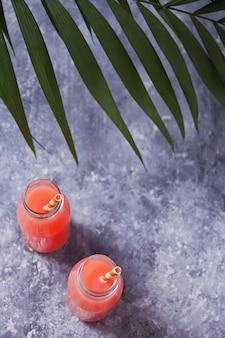 Cocktail tropical de verão em uma garrafa