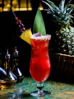 Cocktail tropical fresco com frutas.