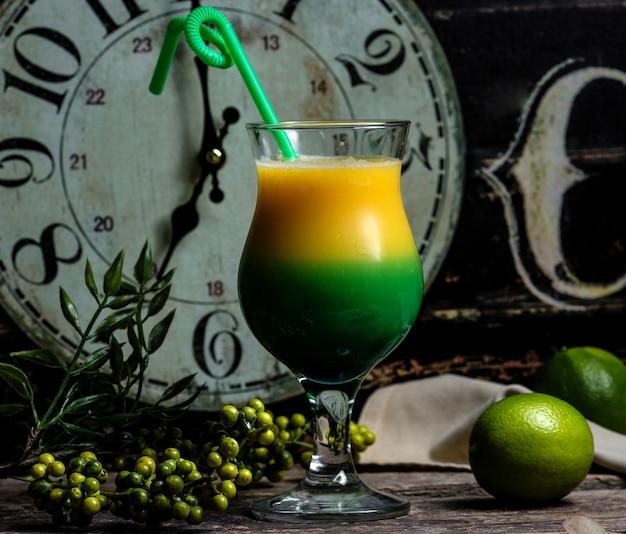 Cocktail verde amarelo em cima da mesa