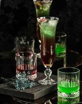 Cocktail verde preto em cima da mesa