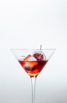 Cocktail vermelho com cerejas