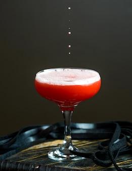 Cocktail vermelho com espuma