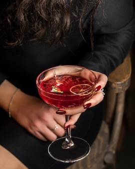 Cocktail vermelho com fatia de limão