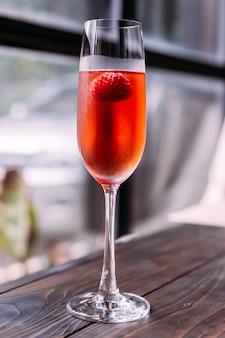 Cocktail vermelho com framboesa dentro no vinho de vidro.