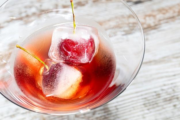 Cocktail vermelho com macro crerries