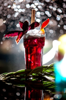 Cocktail vermelho em cima da mesa