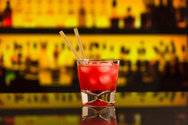 Cocktail vermelho fresco no balcão de bar