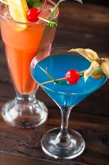 Cocktails alcoólicos e não alcoólicos na mesa de madeira. bebidas frias de verão