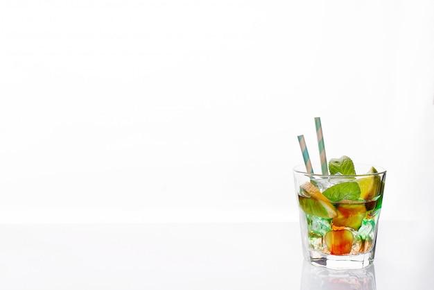 Cocktails coloridos guarnecido, bebida alcoólica e coquetel em copos elegantes