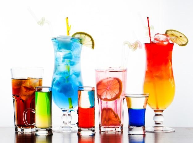 Cocktails coloridos no backgroung branco