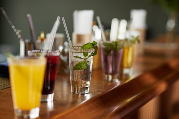 Cocktails coloridos no bar balcão