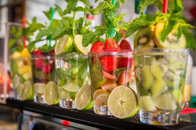 Cocktails de frutas e bagas em bar na itália