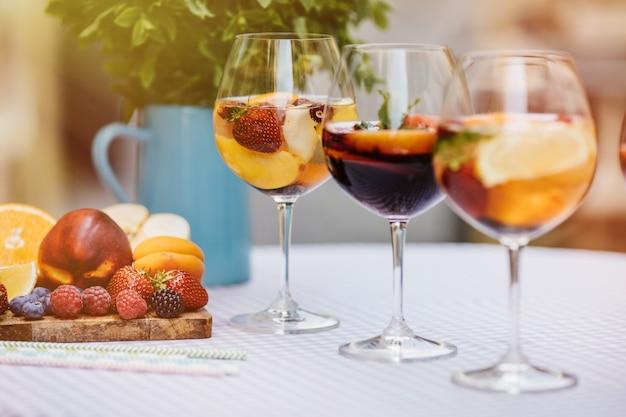 Cocktails de frutas na mesa de madeira branca com bagas e folhas de hortelã