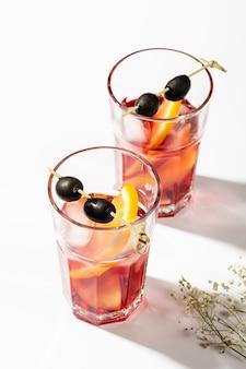 Cocktails de verão com vista superior de gelo