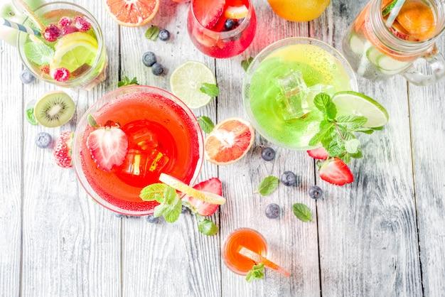 Cocktails de verão em copos de diferentes formas