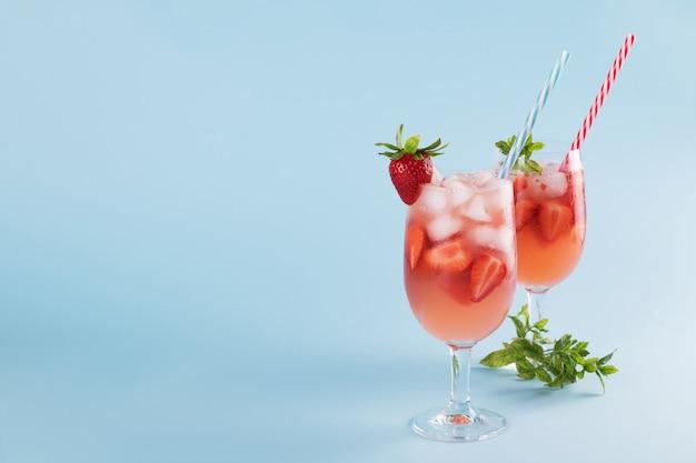Cocktails de verão morango fresco e cubos de gelo