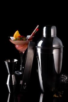Cocktails diferentes em copos de vidro com acessórios bar