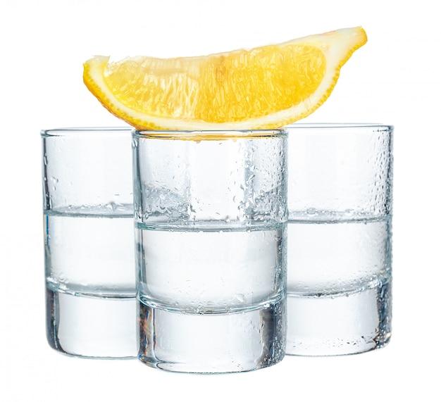 Cocktails em fundo branco
