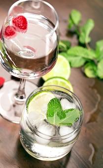 Cocktails frescos com menta e framboesa