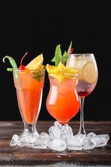Cocktails multicoloridos no bar close-up tiro