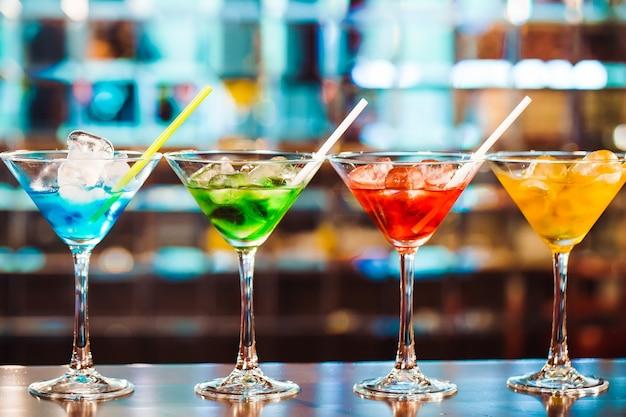 Cocktails multicoloridos no bar