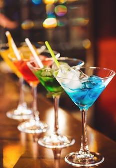 Cocktails multicoloridos no bar.