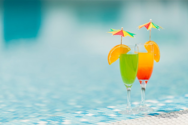 Cocktails por ele piscina