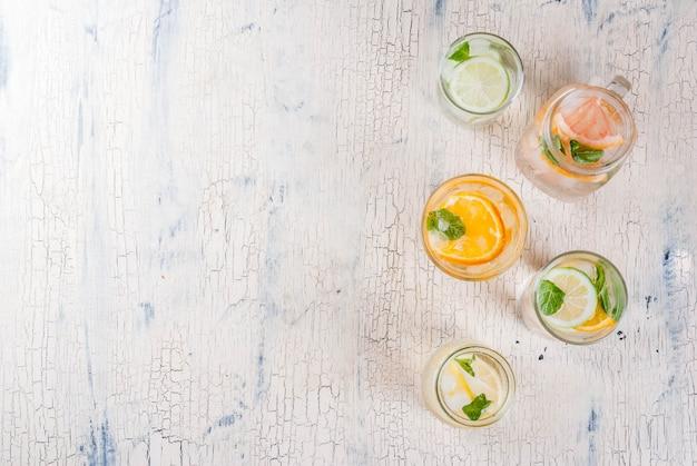 Cocktails saudáveis de verão, conjunto de várias águas cítricas com infusão, limonadas ou mojitos