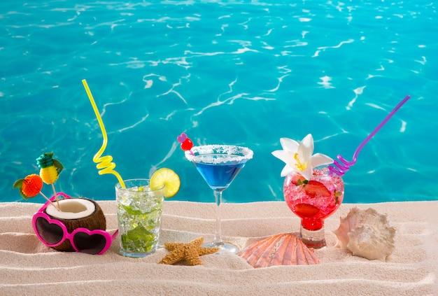 Cocktails tropicais de praia na areia branca mojito azul havaí