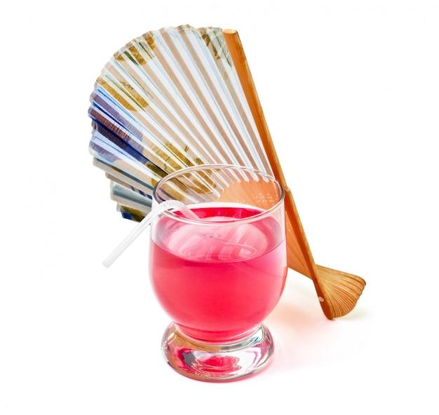 Cocktails vermelhos e um fã isolado no branco