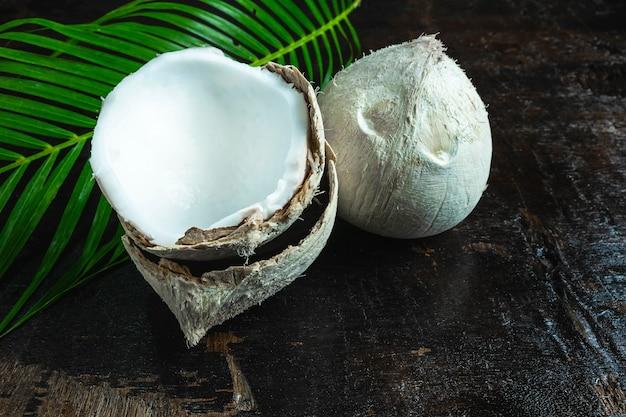 Coco com folhas no fundo de madeira