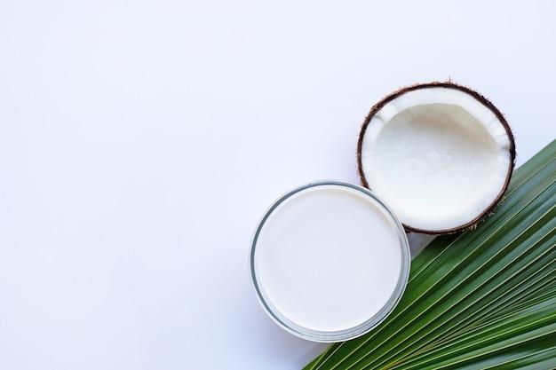 Coco com leite de coco no branco