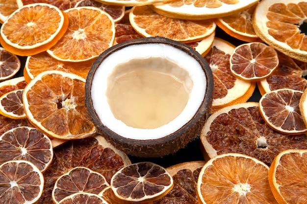 Coco com leite natural em uma de frutas cítricas secas