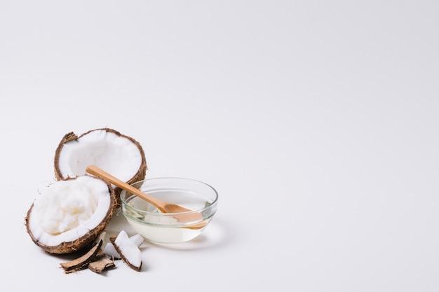 Coco com óleo de coco e cópia espaço