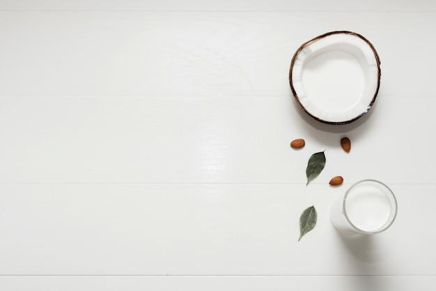 Coco cortados ao meio no fundo branco, com espaço de cópia