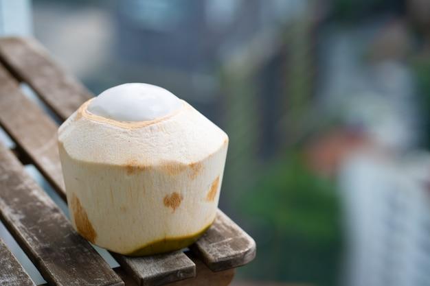 Coco descascado pronto para comer. coco sem casca