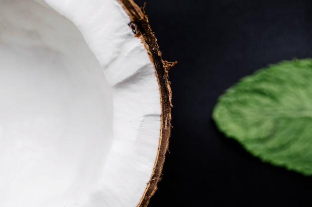 Coco e uma folha de hortelã