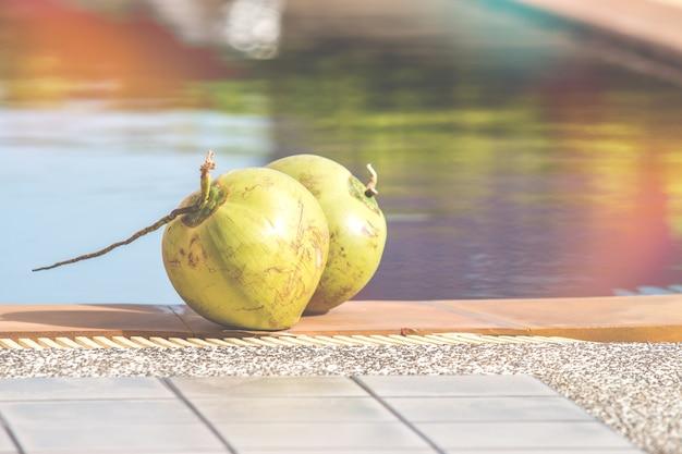 Coco fresco perto da piscina