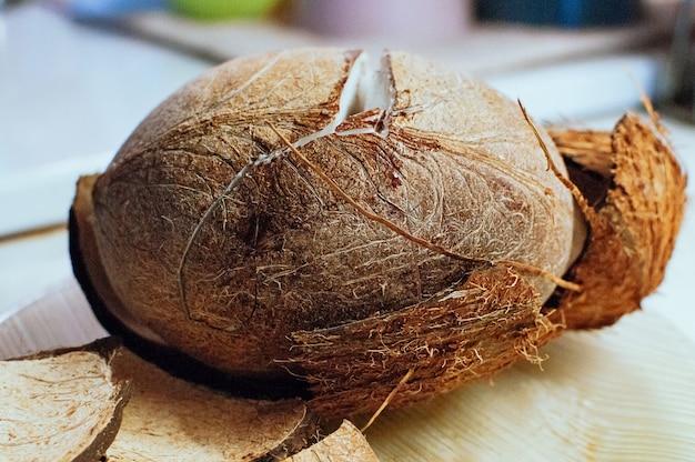 Coco fresco rachado em cima da mesa