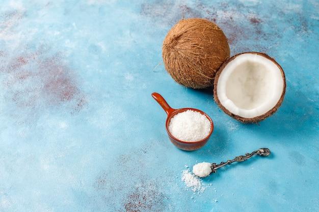 Coco inteiro e vários pedaços de coco