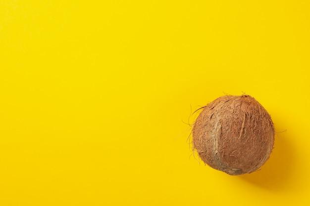 Coco inteiro em amarelo, vista superior