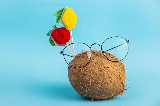 Coco inteiro marrom com casca em copos elegantes com topper decorado com frutas