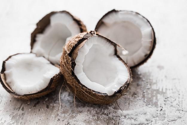 Coco na mesa de madeira