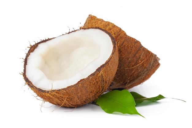 Coco rachado com folhas isoladas no branco