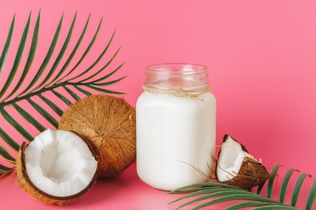 Coco rachado e leite de coco em vidro