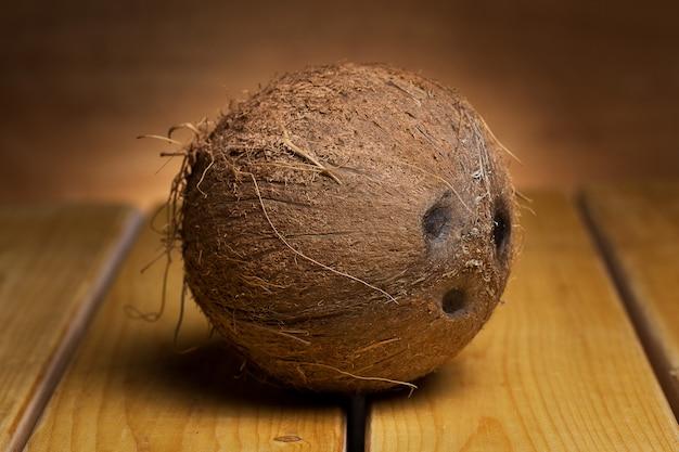 Coco sobre fundo de madeira